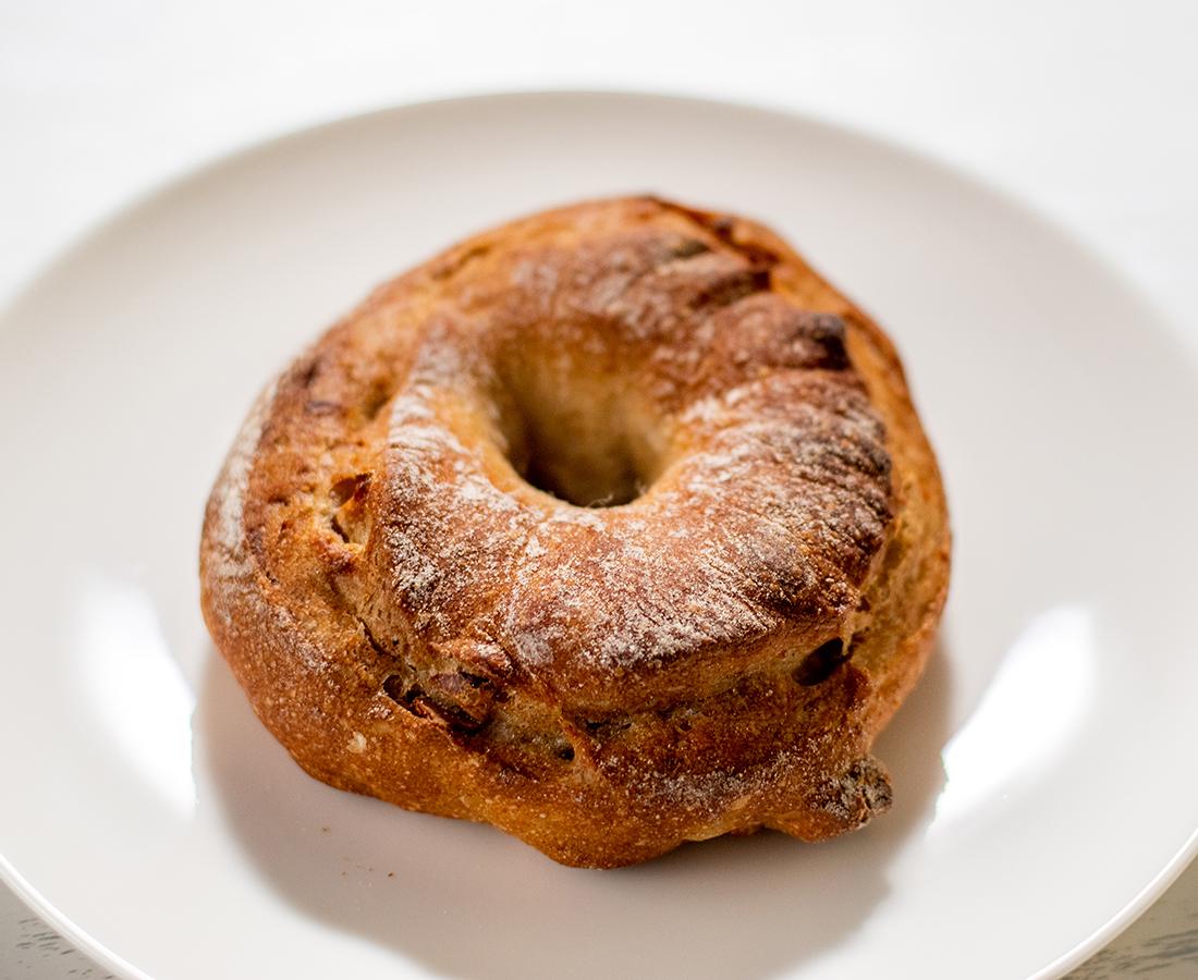 ドライリンゴがアクセント♪噛むほど味わい深いハード系パン|手作りパン工房 メランジュ