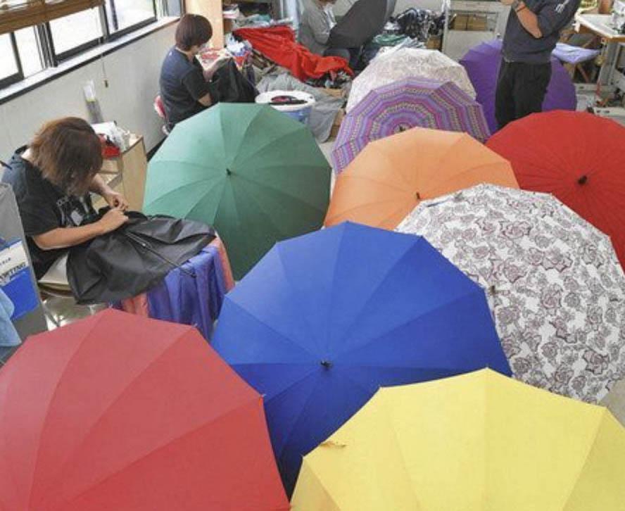 カラフルな傘 出番もうすぐ 福井で検品作業