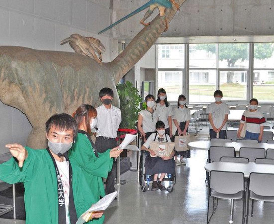 県立大の魅力実感 高校生、学生案内で見学会