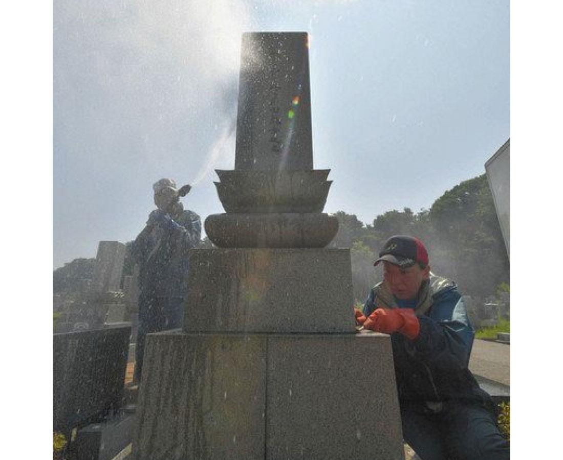 炎天下に墓清掃代行 福井・西墓地公園