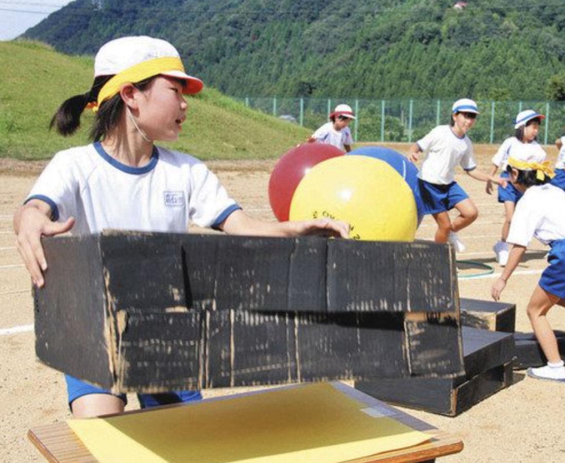「勝山」テーマに運動会 競技考案、投げて積んで 荒土小児童