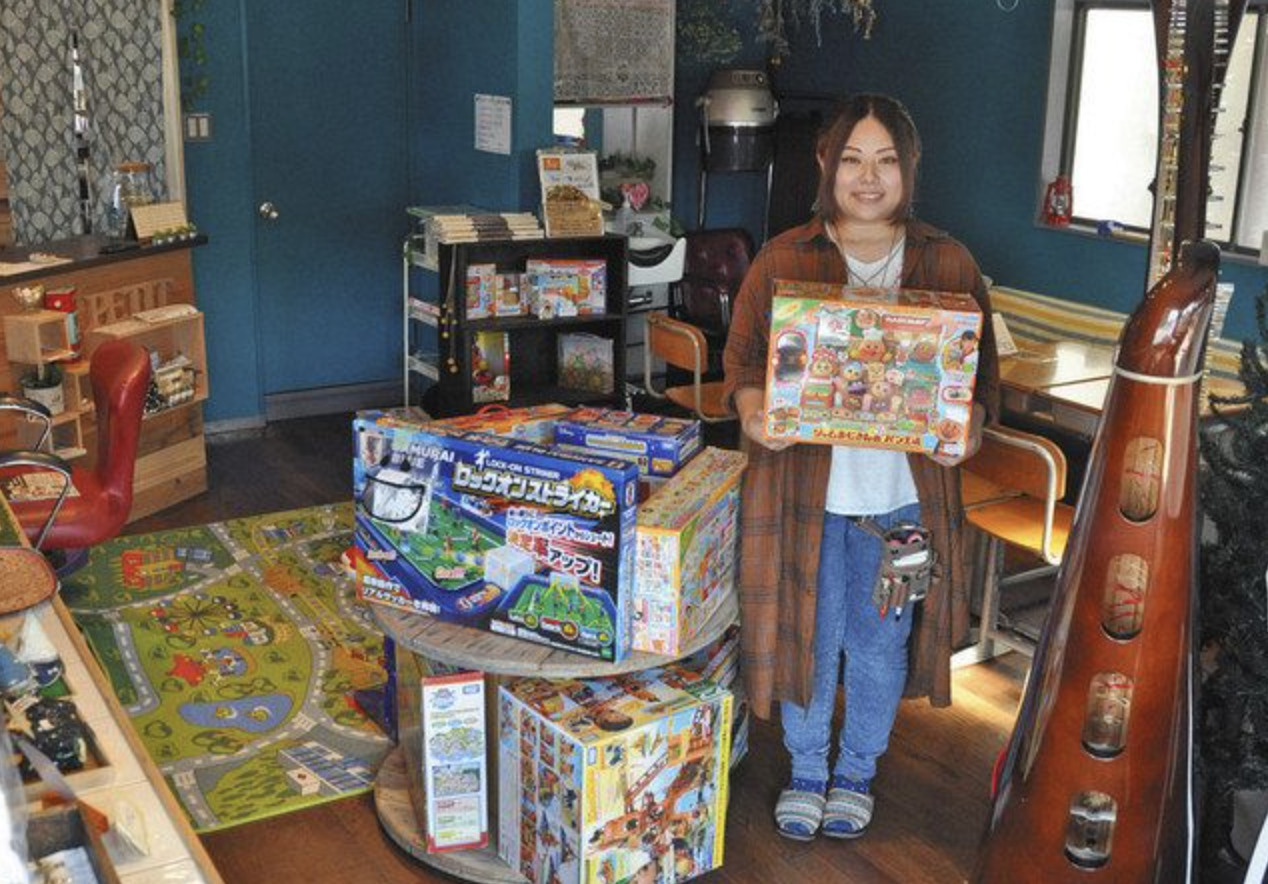 多彩なおもちゃがそろう「おもちゃの図書館&雑貨カフェPetit」の店内=鯖江市下氏家町で