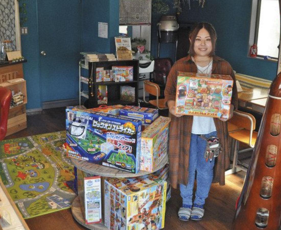 親子笑顔 カフェづくり おもちゃ、本貸し出し 鯖江の西野さん