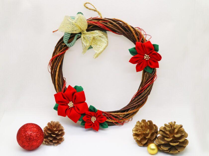 つまみ細工で飾るクリスマスリース