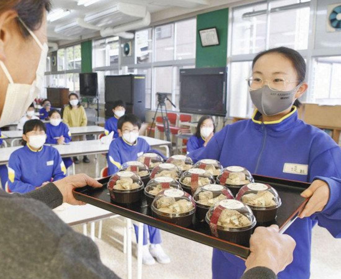あずきでっち「おいしいよ」 永平寺町の主婦グループ 志比北小児童に贈る