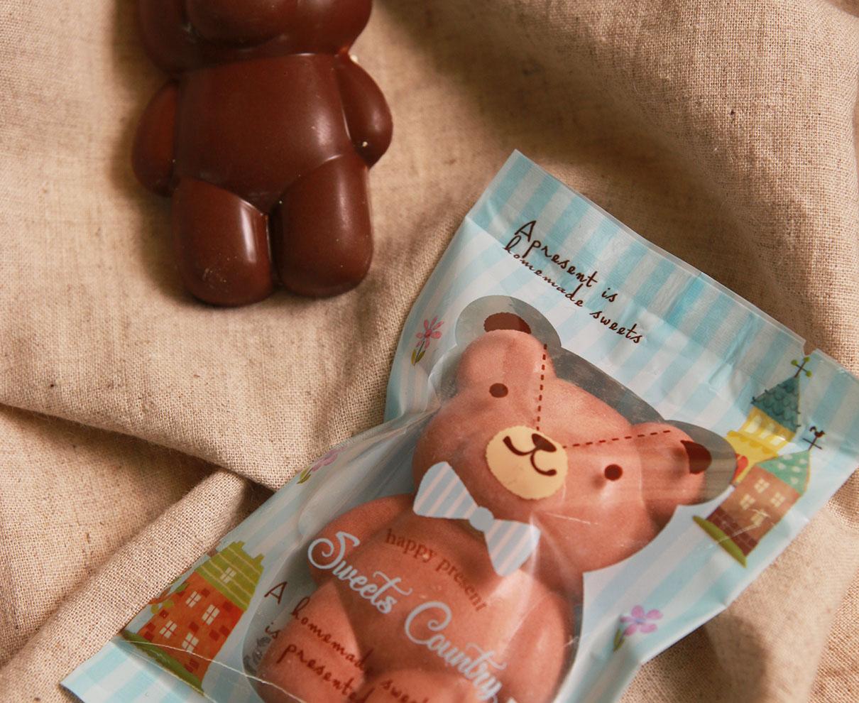 今日のおやつは、 L'ATELIER du CHOCOLAT のくまチョコ♪