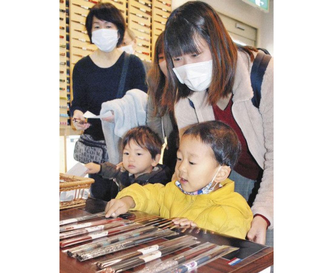 新しい若狭塗箸で新年を 小浜市 在庫と無料交換事業 習慣定着を期待