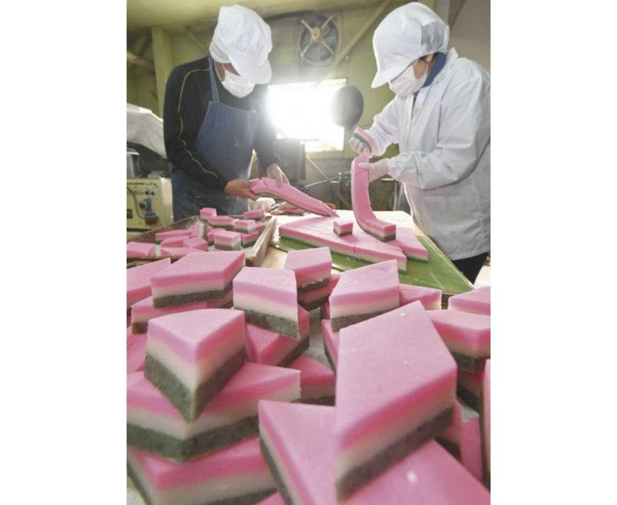 桃・白・緑、春の色表現 福井の小形米菓がひし餅作り