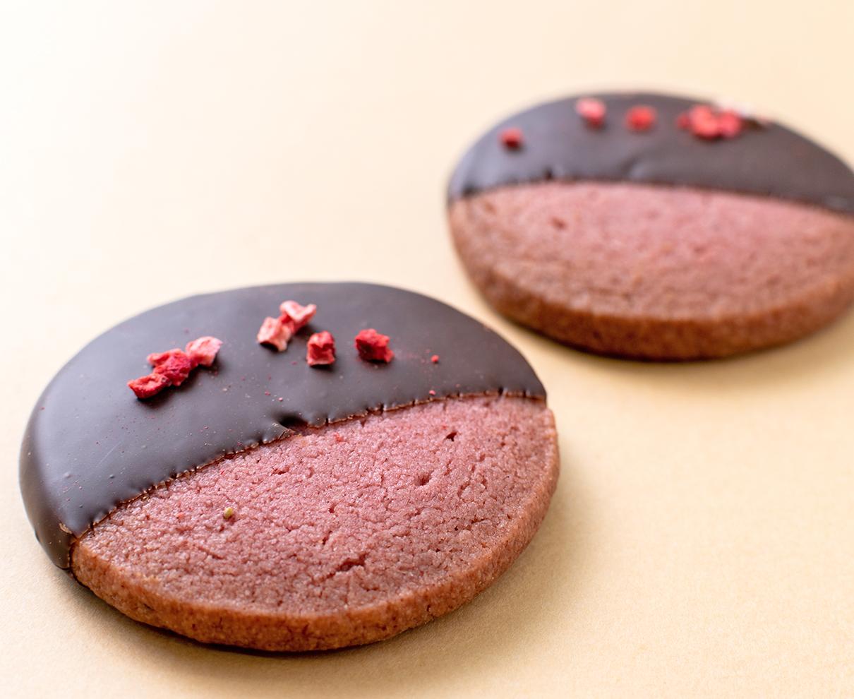 今日のおやつは、ヌーブの苺チョコクッキー♪