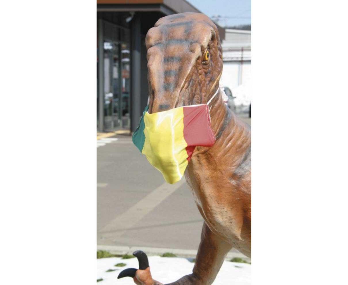 左義長イメージの色短冊マスク装着 勝山のモニュメント4体