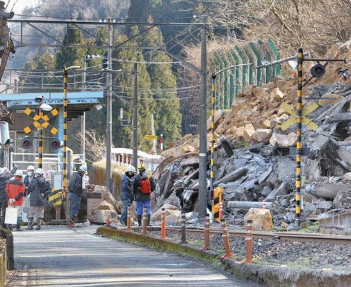土砂崩れ えち鉄 復旧見通し立たず 県道の通行止めも続く