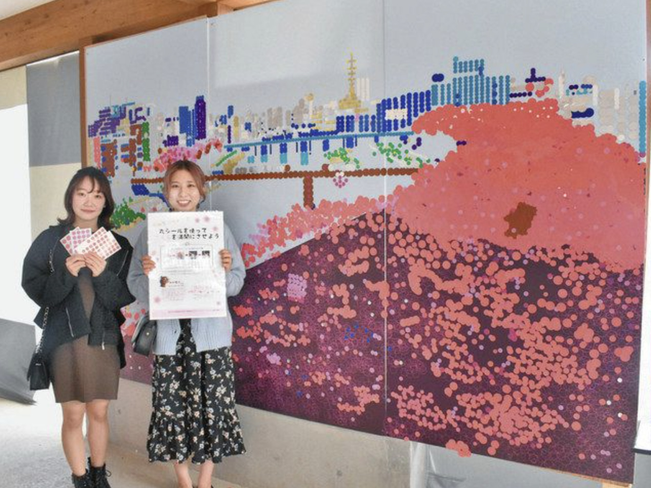 参加型アートを提案した福井大の佐藤さん(左)と村上さん=福井市のまあるカフェで