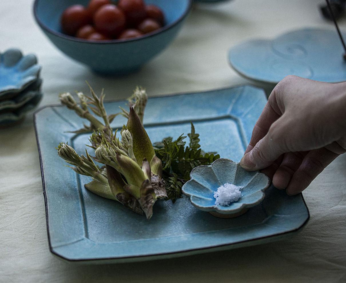 美しい青に一目ぼれ。越前焼作家・服部泰美さんが手がける、「トルコ青」の器たち。