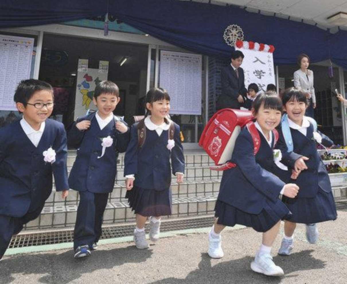 新1年生 わくわく 小中学校で入学式