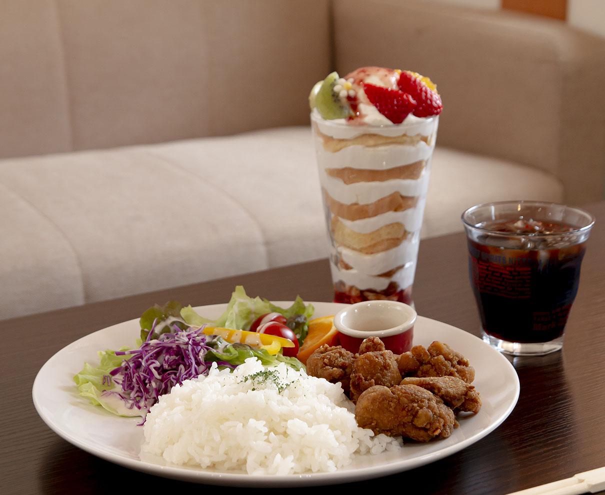 NOガマン♡『BLUe Bee』のカレー風味の唐揚げとシフォンケーキのパフェ、どっちも味わうのが正解♪