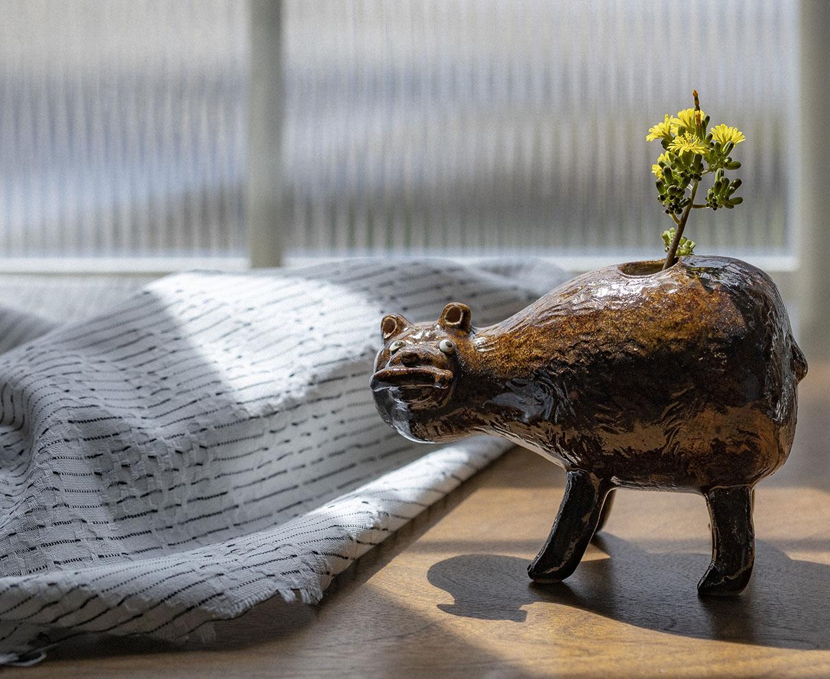 作家の感性を活かして作られた、茨城県・笠間焼の個性豊かな一輪挿し。