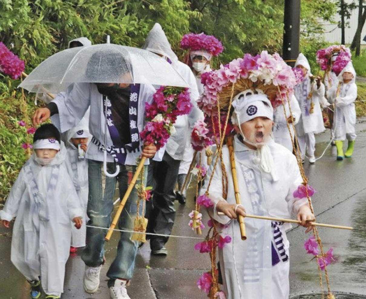マスク越し「はなやぁーま、ごーんげーん」 福井・栃泉町で2年ぶり「花山行事」 元気な声が集落に