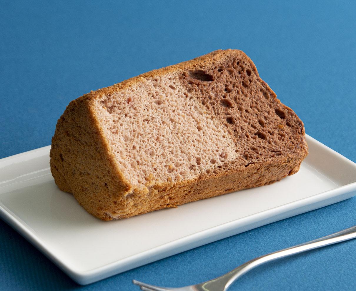 今日のおやつは、米粉のお菓子 灯菓の米粉シフォン(チョコベリー)♪