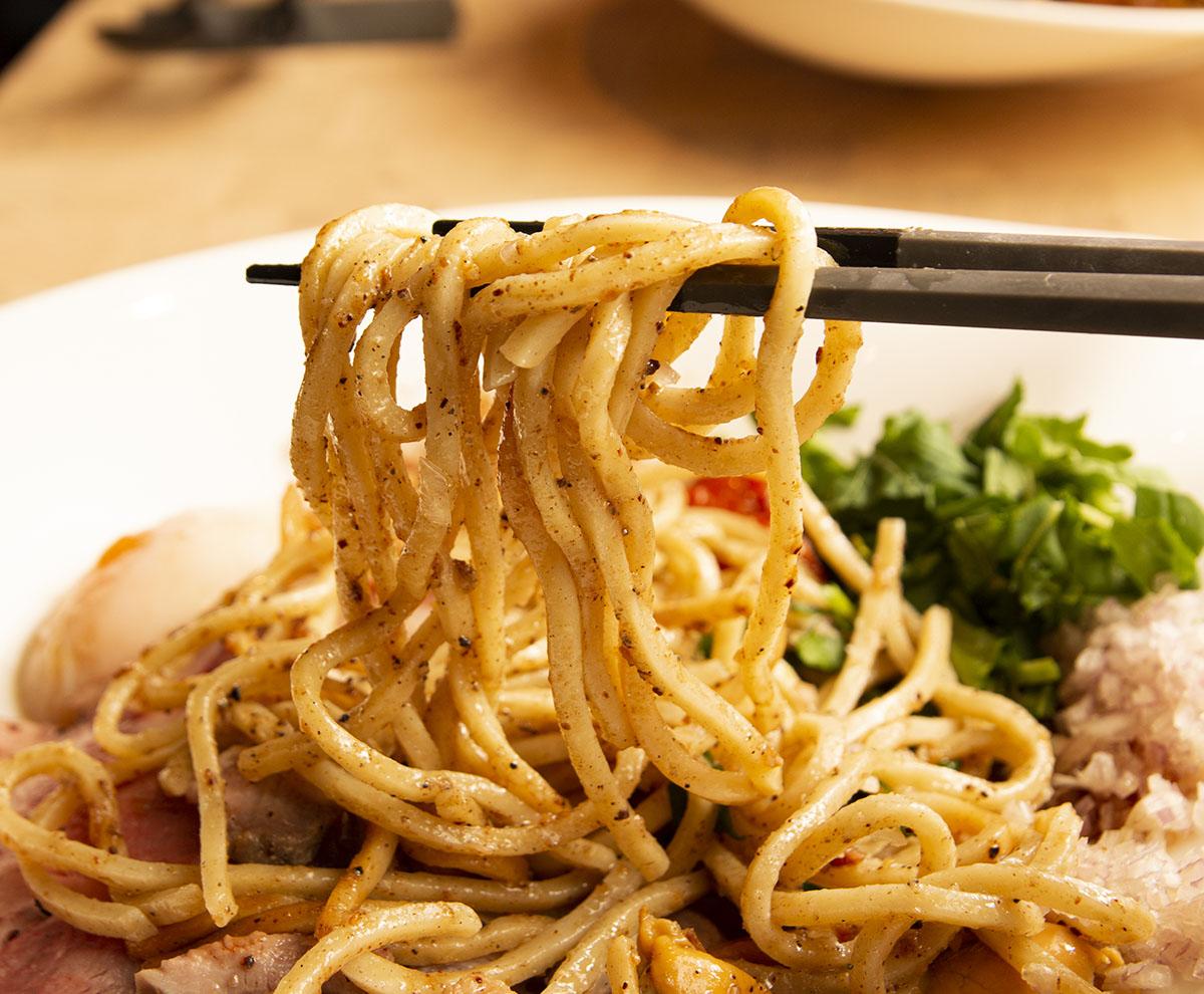 『noeUd』でしか味わえないこの麺はどう表現すればいい? 新たなるジャンル「まぜそば」を極めた一皿に感動!