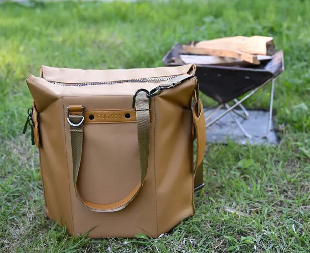 座れるトートバッグ「Chairbag」で薪を運び、焚き火を囲む