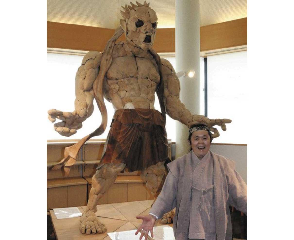 迫力のロングブレス像 おばま食文化館に設置
