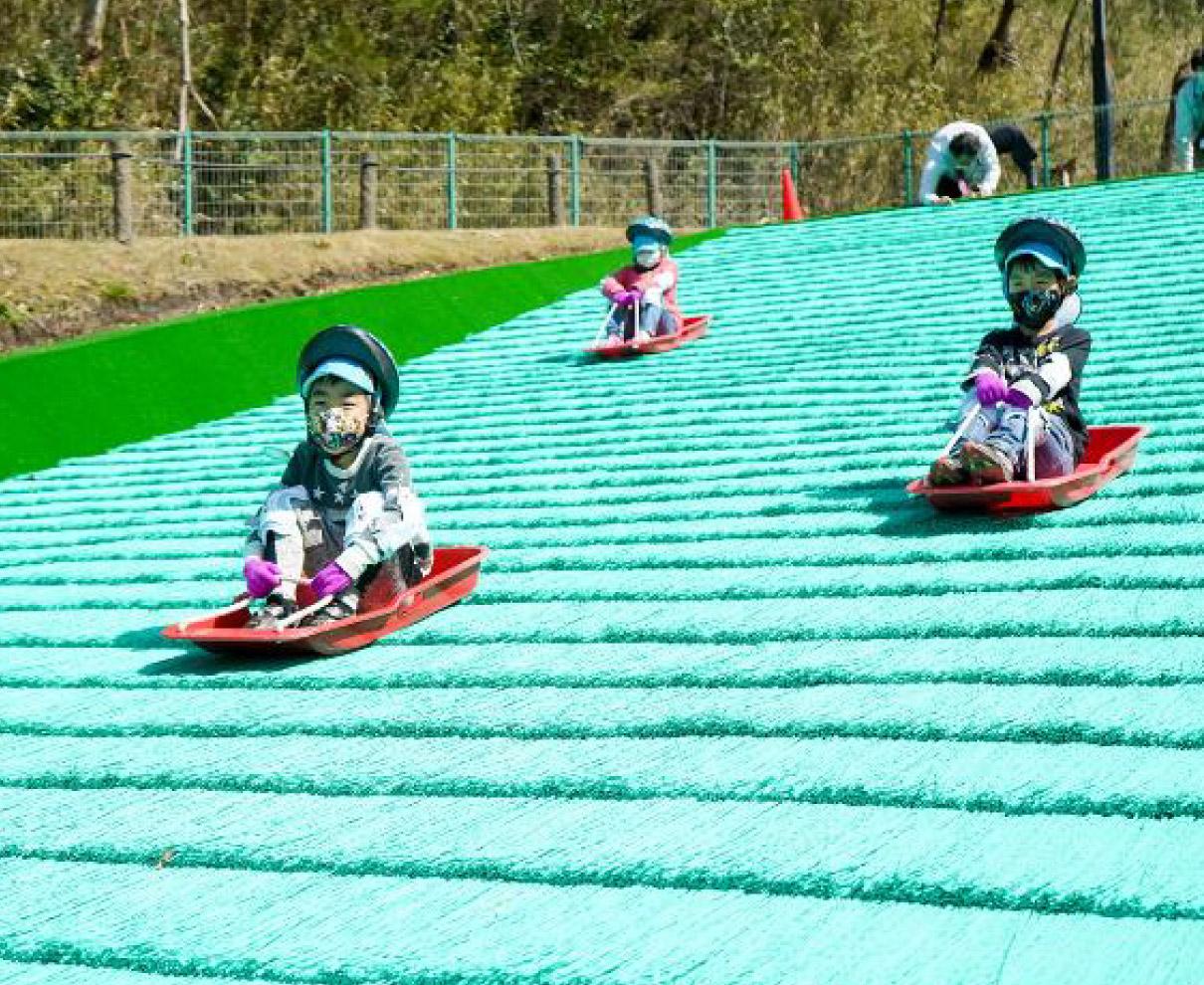 敦賀市総合運動公園|リニューアルした人工芝そり「ちびっこゲレンデ」と、総延長415メートルの「ローラー滑り台」は県内屈指の長さ!